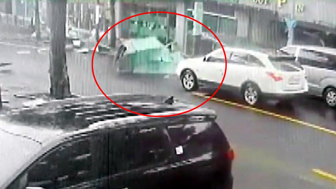 [제보영상] 강풍에 주차장 구조물, 도로에 '와르르'
