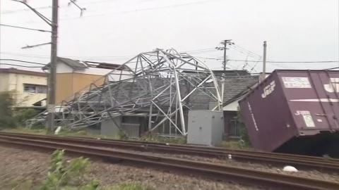 태풍 '타파, 日 서남부 강타…철탑 쓰러지고 차량 전복