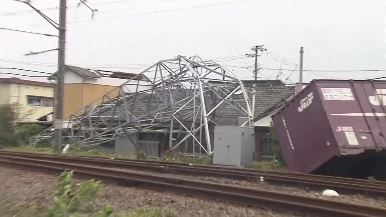 태풍 '타파, 日 서남부 강타...철탑 쓰러지고 차량 전복