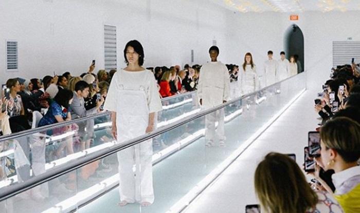 [Y패션] 구찌, 패션쇼 의상 논란…모델 탄존스 캣워크 중 침묵시위