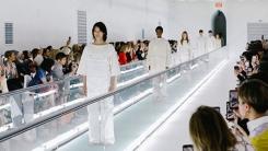 구찌, 패션쇼 의상 논란…모델 탄존스 캣워크 중 침묵시위