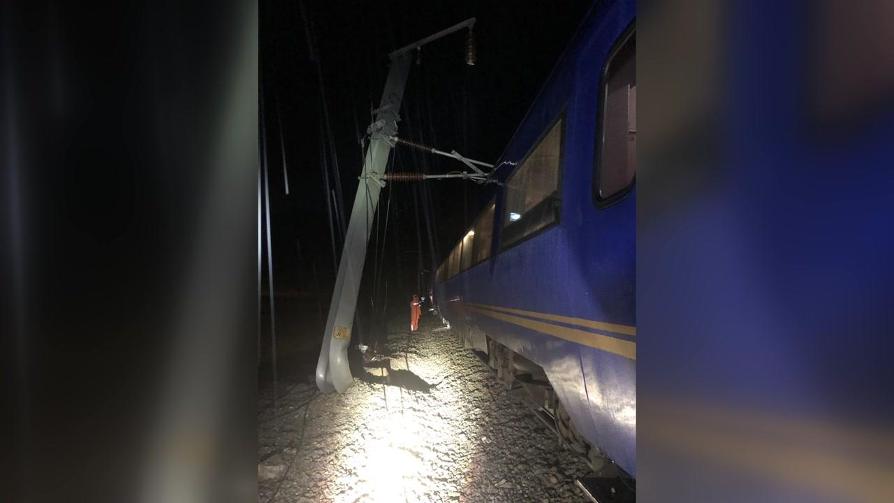 폭우로 유입된 토사에 영동선 열차 탈선...다친 사람 없어