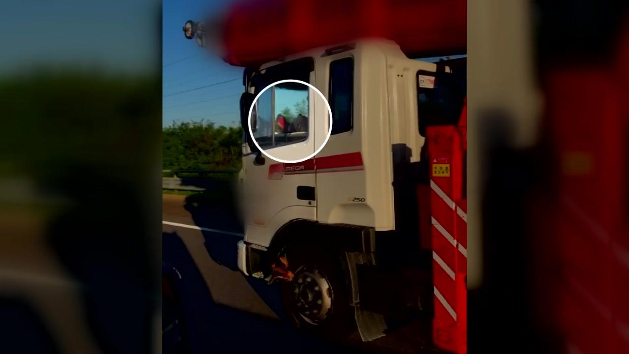 """[영상] """"발로 운전을?""""...대형차의 아찔한 고속도로 주행"""