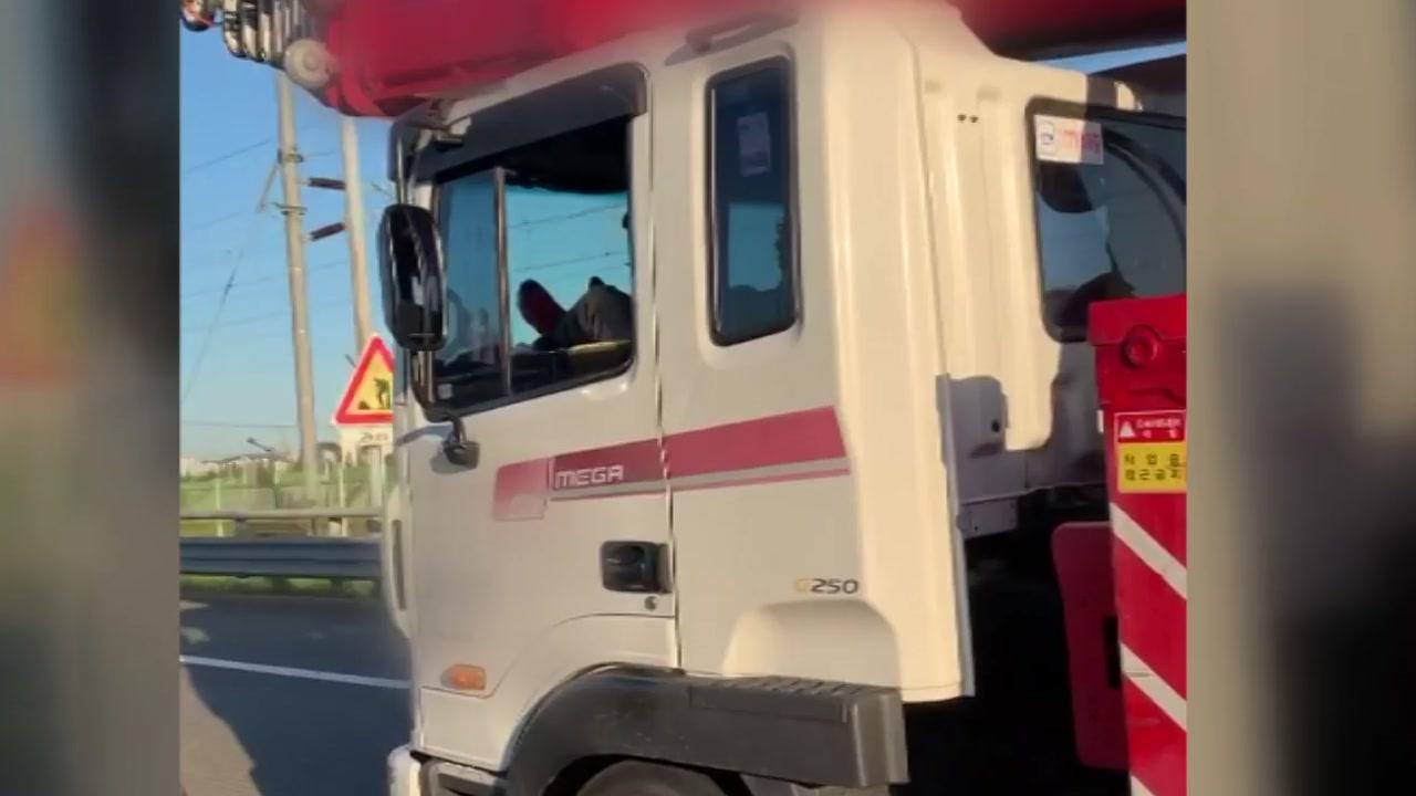 [영상] 크레인 차량 운전자, '발'로 고속도로 주행