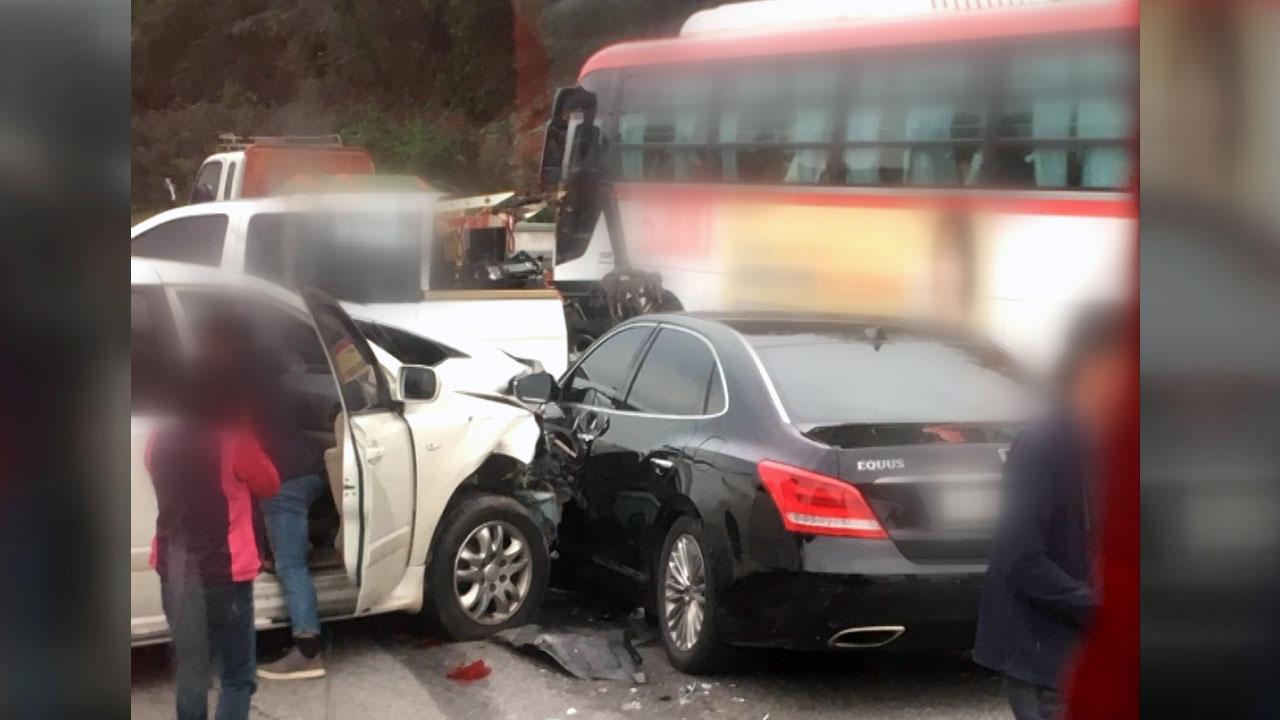 경부고속도로 초등생 탄 버스 등 차 4대 추돌...26명 다쳐