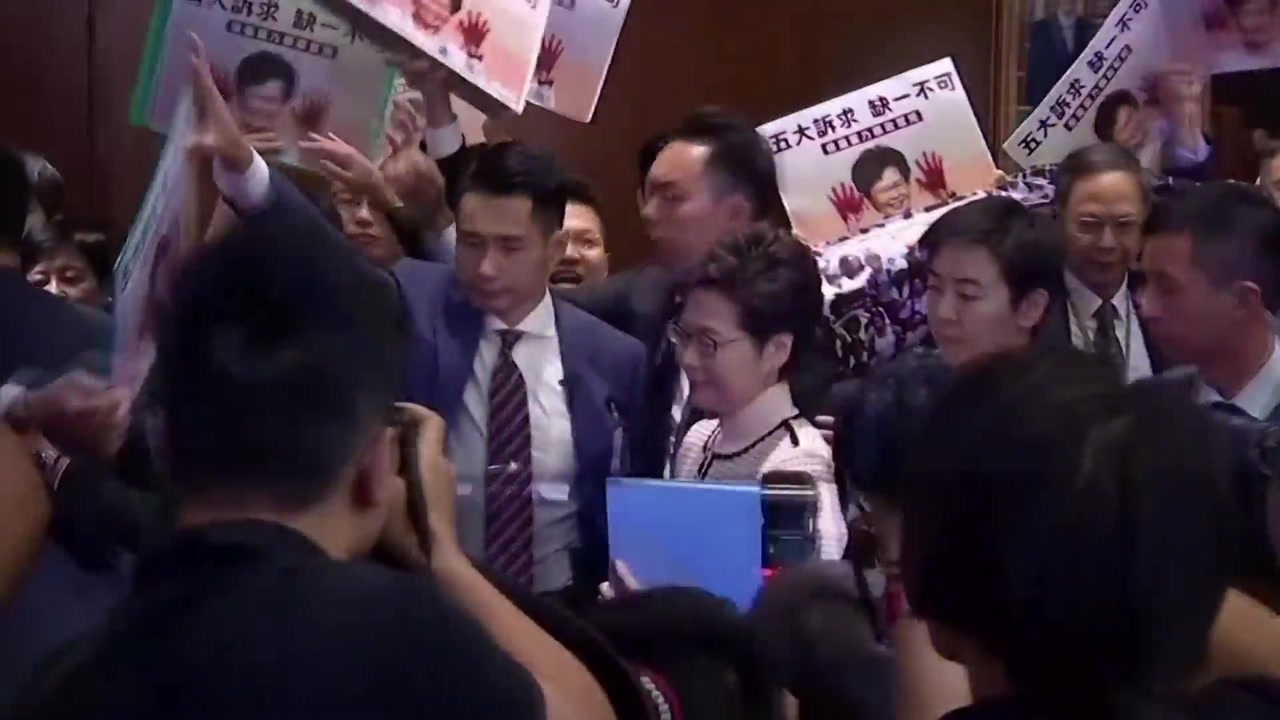 캐리 람 시정연설 중단 '수모'...美 홍콩인권법도 통과