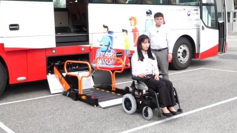 휠체어 타고 고속버스 여행!…첫 시범 운행
