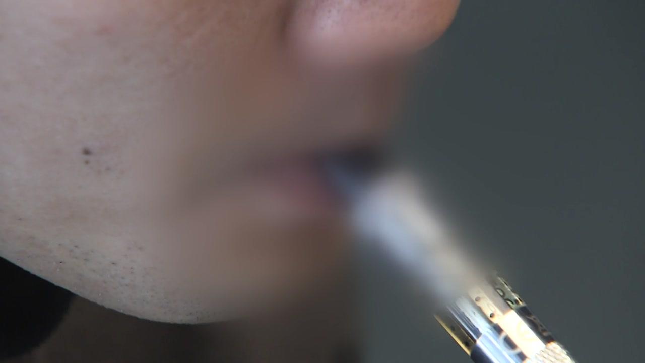 """정부 """"액상형 전자담배 사용 중단하라"""" 강력 권고"""