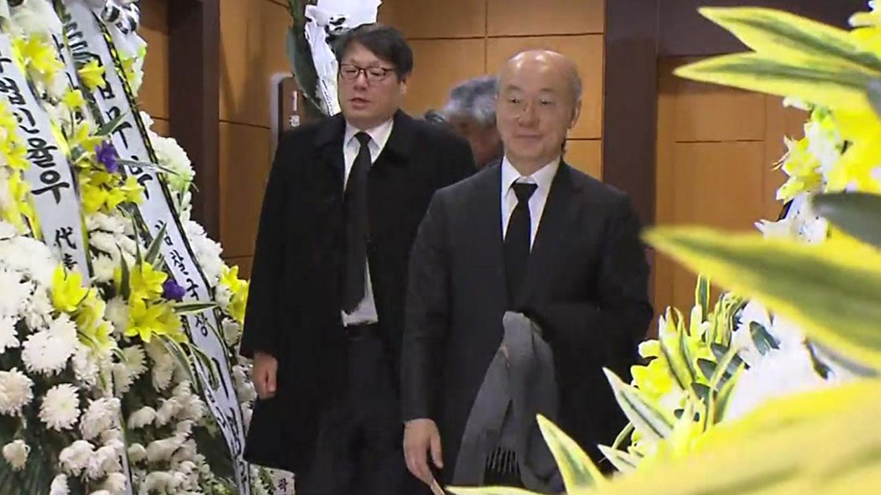 """靑 민정수석, 전 특감반원 조문...""""유족들이 유품 돌려받기를 원해"""""""