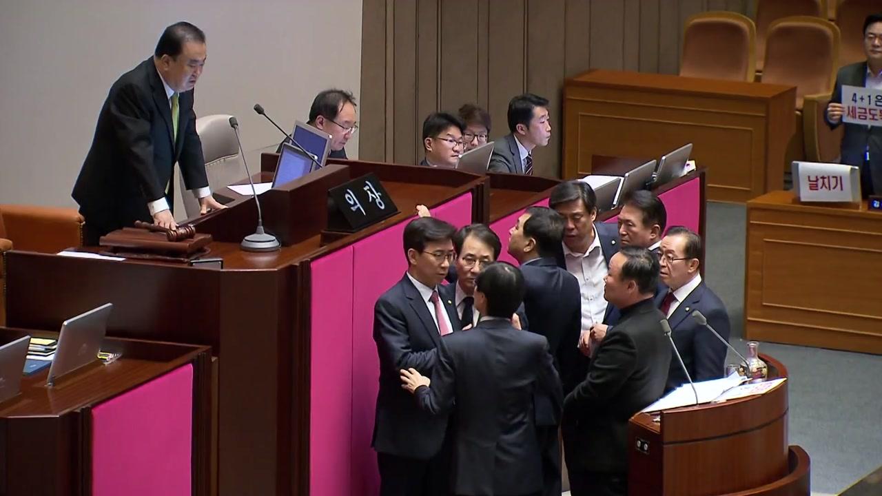 문희상, 한국당 항의에 충격...사회권 넘기고 병원행