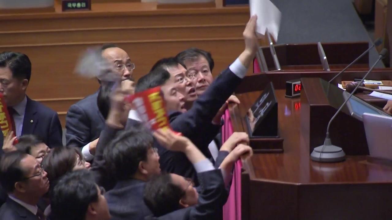 """이틀째 막말 필리버스터...한국당 """"비례정당 창당"""""""