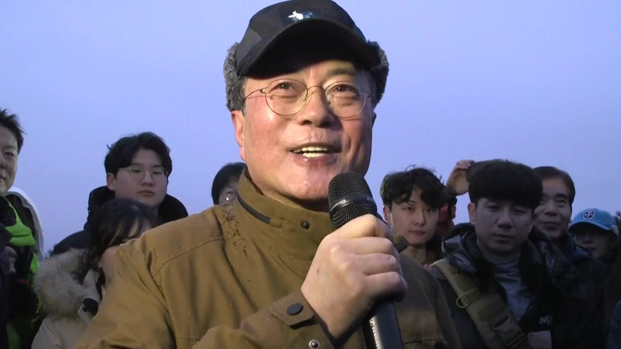 문재인 대통령, 산행으로 4년차 시작...靑, 대북 메시지 '신중'