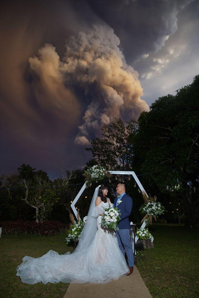 필리핀 화산 폭발 배경으로 결혼식 올린 부부