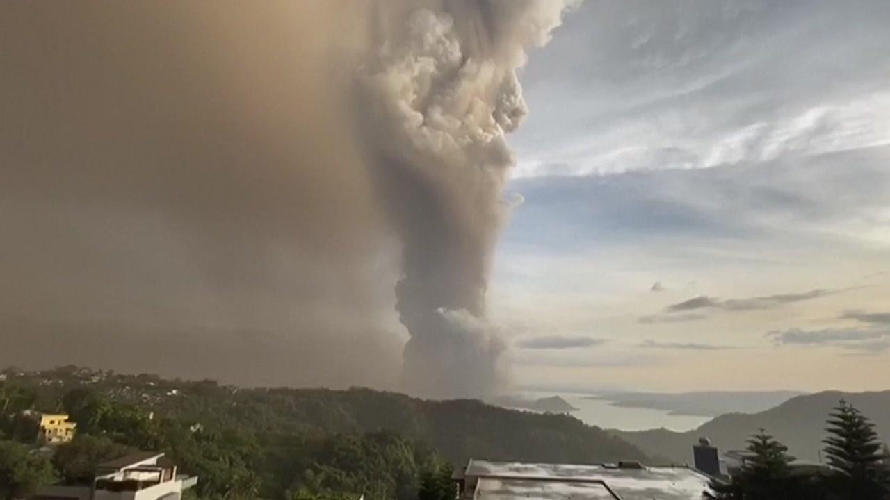 필리핀 탈 화산, 더 큰 폭발 징후...용암 활동 계속