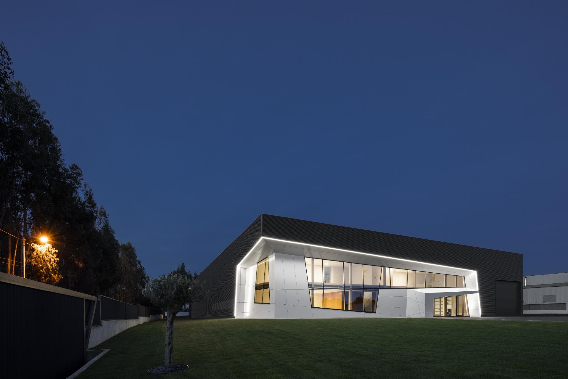 〔안정원의 건축 칼럼〕 단순하면서도 세련된 디자인이 돋보이는 공업용 창고 건축 1