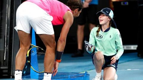 테니스 황제 나달, 경기중 공에 맞은 볼걸에 '볼키스'