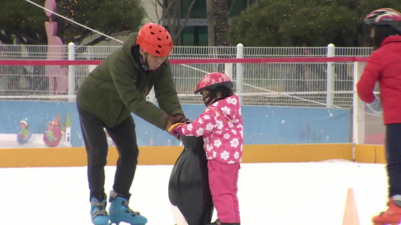 따뜻한 겨울...'천 원짜리 스케이트장' 인기