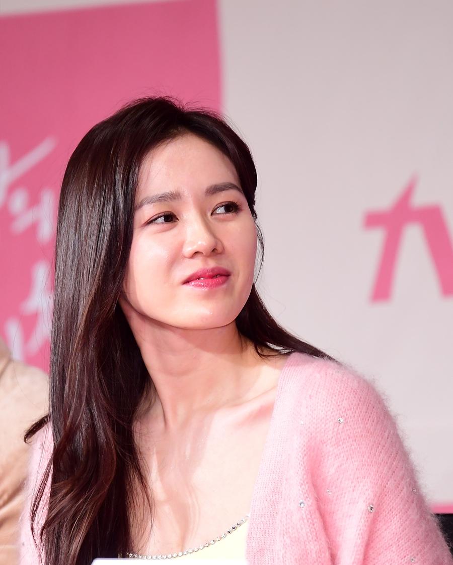 """손예진 측 """"피로 누적으로 응급실 진료...현재 건강회복"""" (공식입장)"""