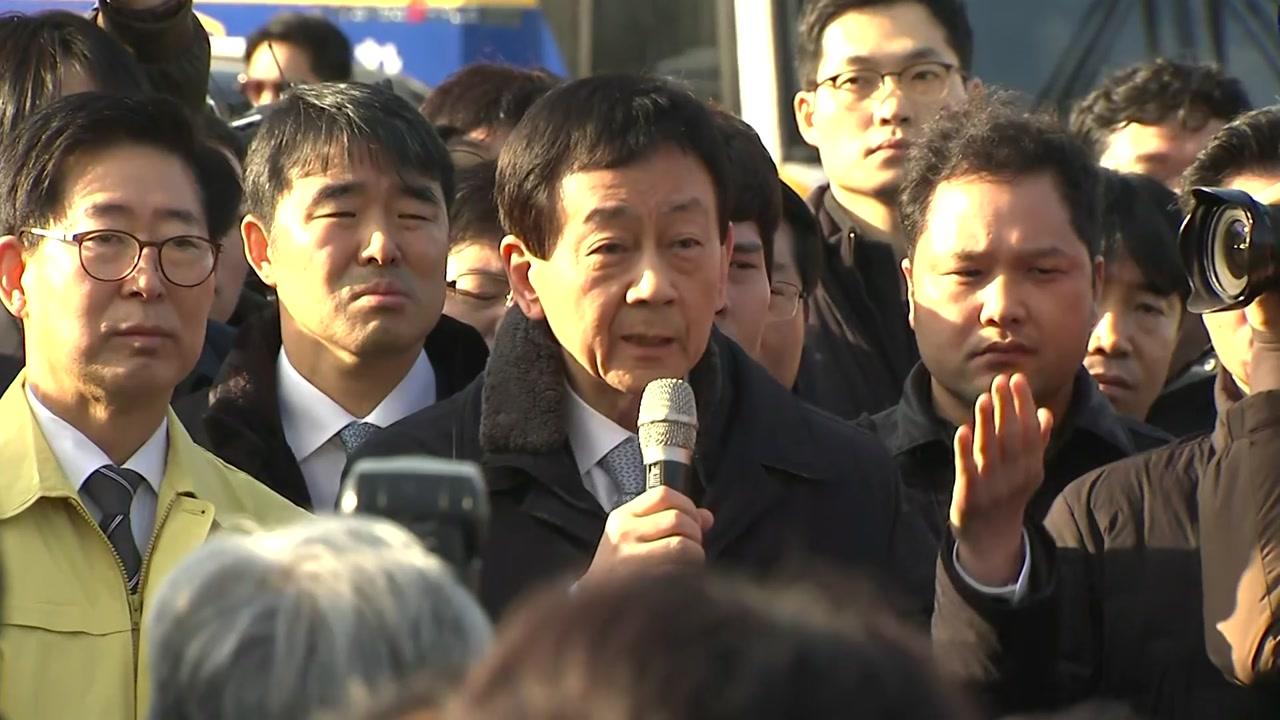 진영 행안부 장관 아산 방문...주민 거세게 항의
