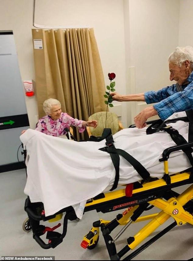 입원 중 밸런타인 맞아 아내에게 장미꽃 준 104세 노인