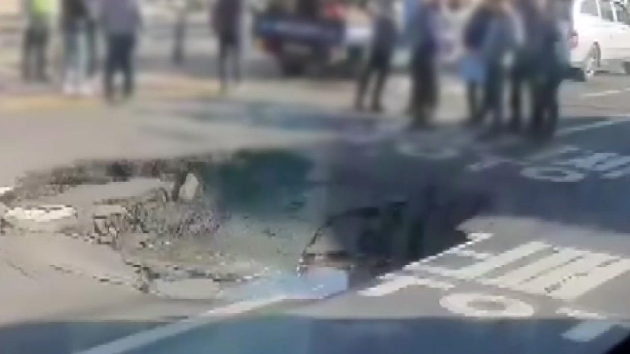 인천 경인교대역 인근 도로에 땅꺼짐...차량 통제