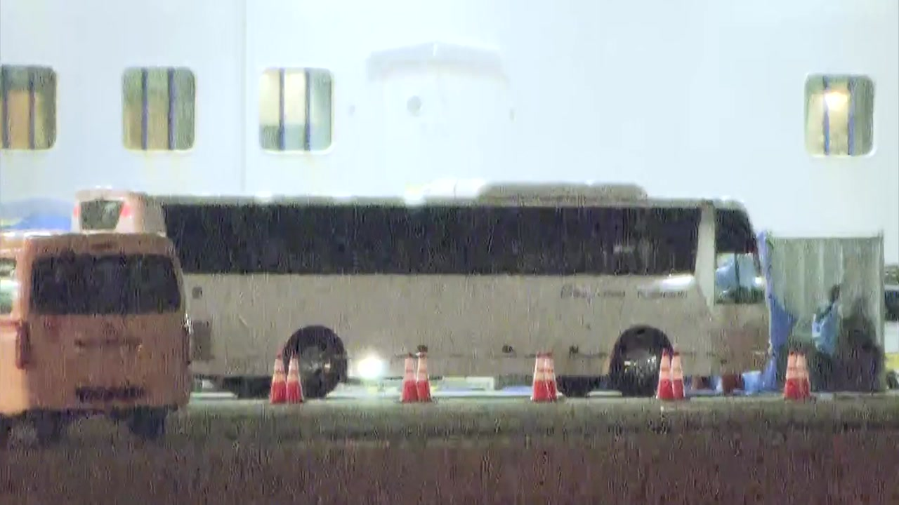 한국인 등 7명 日 크루즈선 하선...하네다공항 이동