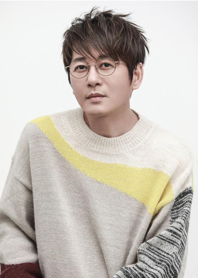 황제의 귀환…신승훈, 4월 8일 30주년 기념 앨범 \'My Personas\' 발표