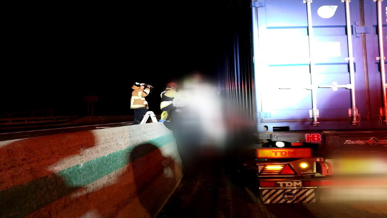 25t 화물차-승용차 충돌...1명 사망·3명 중경상