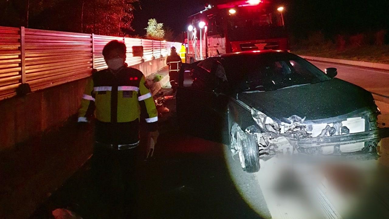 남해고속도로 승용차끼리 추돌...2명 부상