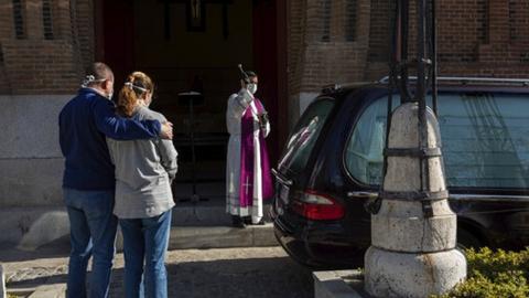스페인서 드라이브 스루 장례식…작별 시간 단 5분