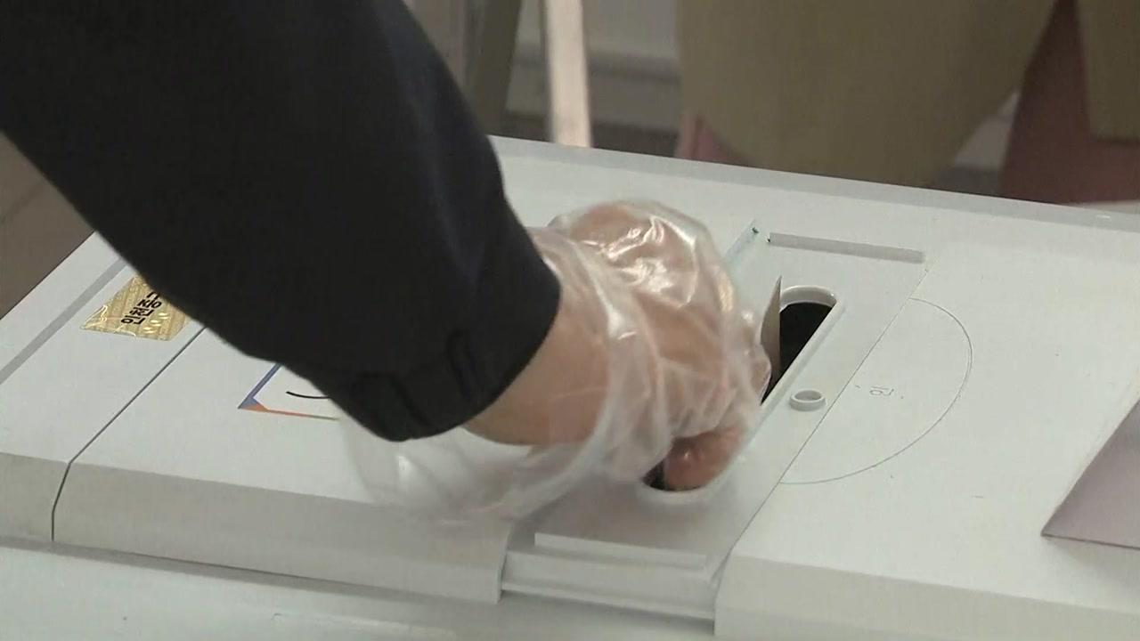 사전투표 첫날...열 체크하고 비닐장갑 끼고 한 표 행사