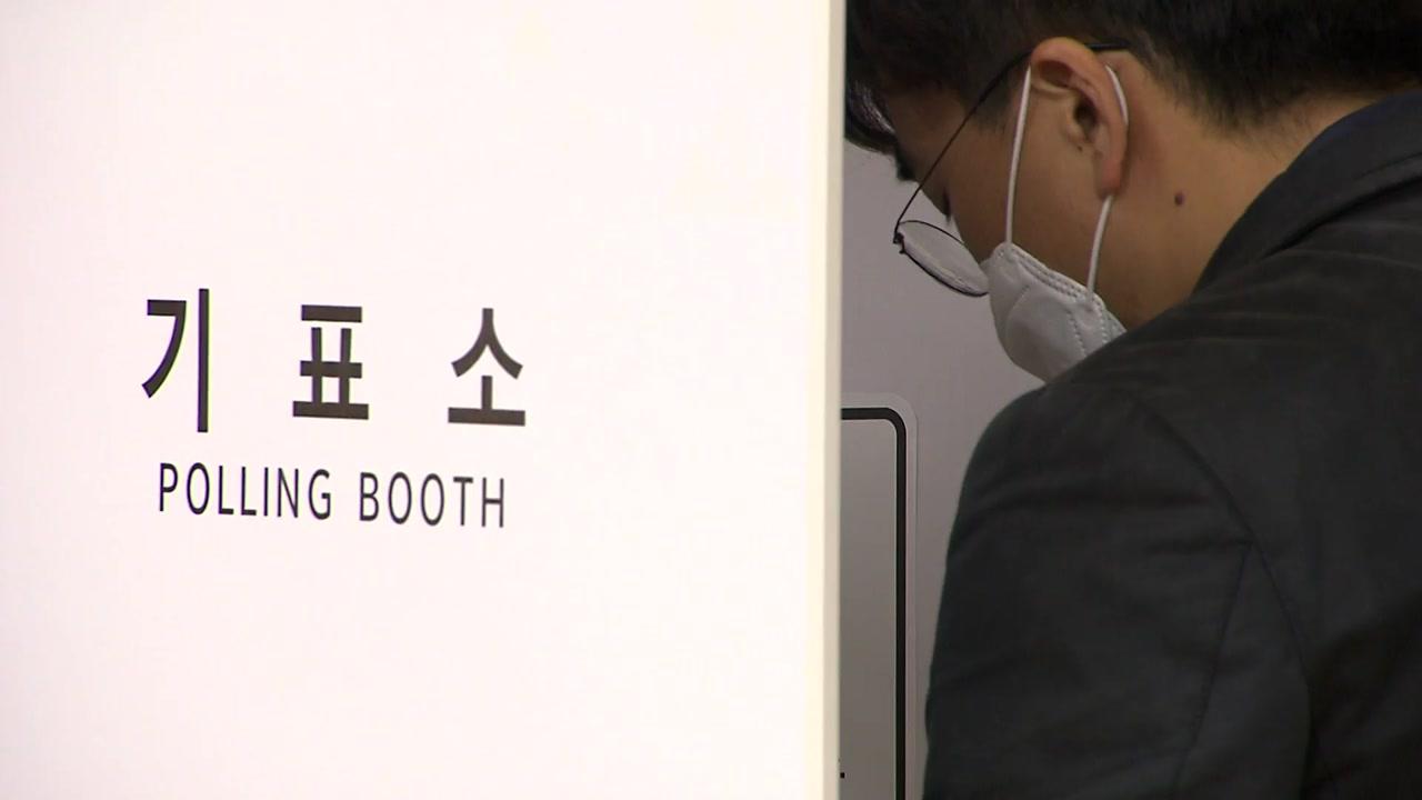 '장갑 미끌 불편·거리두기 무색'...사전투표 첫날 혼선