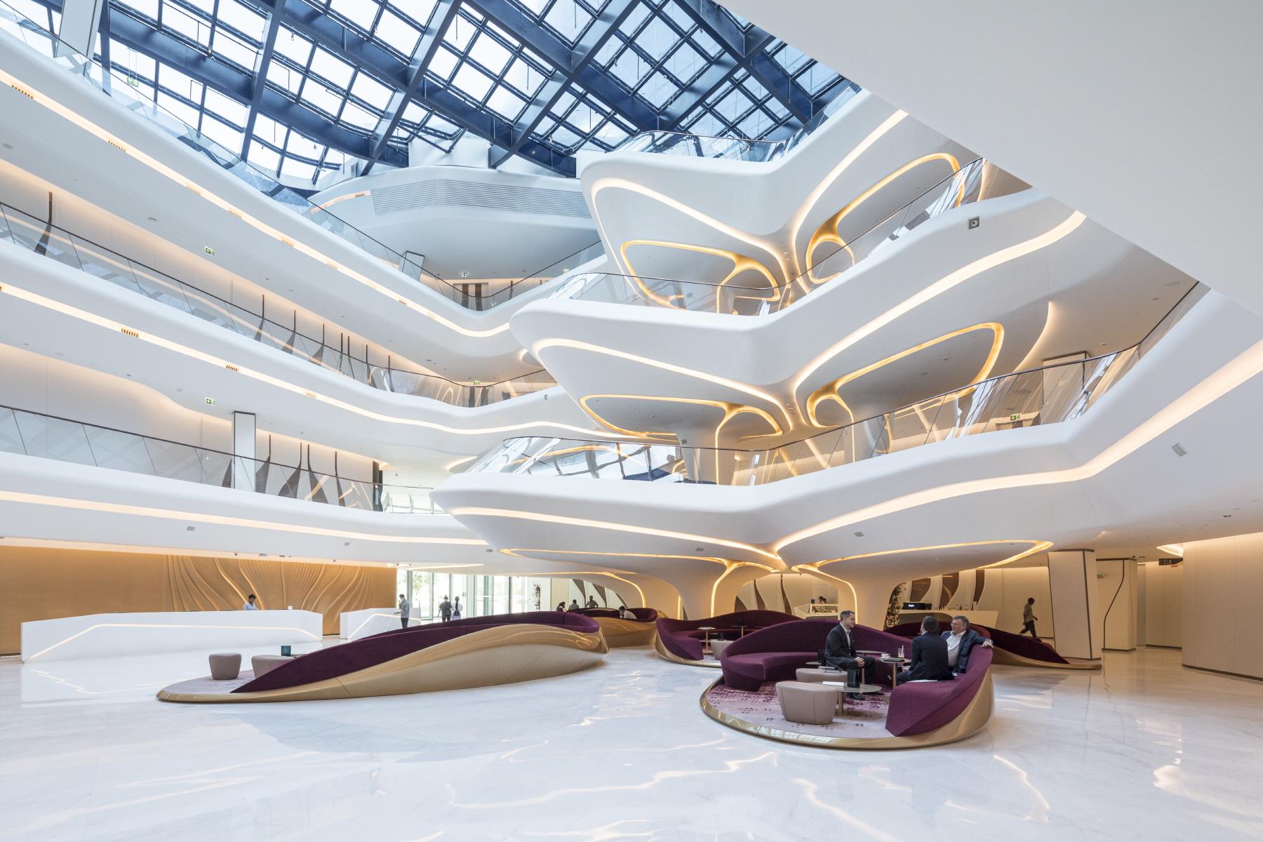〔안정원의 건축 칼럼〕 굴곡진 자유형 보이드를 함유한 오퍼스의 ME 두바이 호텔 02.