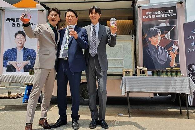 임영웅, '꼰대인턴' 출연 영탁 위해 커피차 선물...'트롯맨 의리'