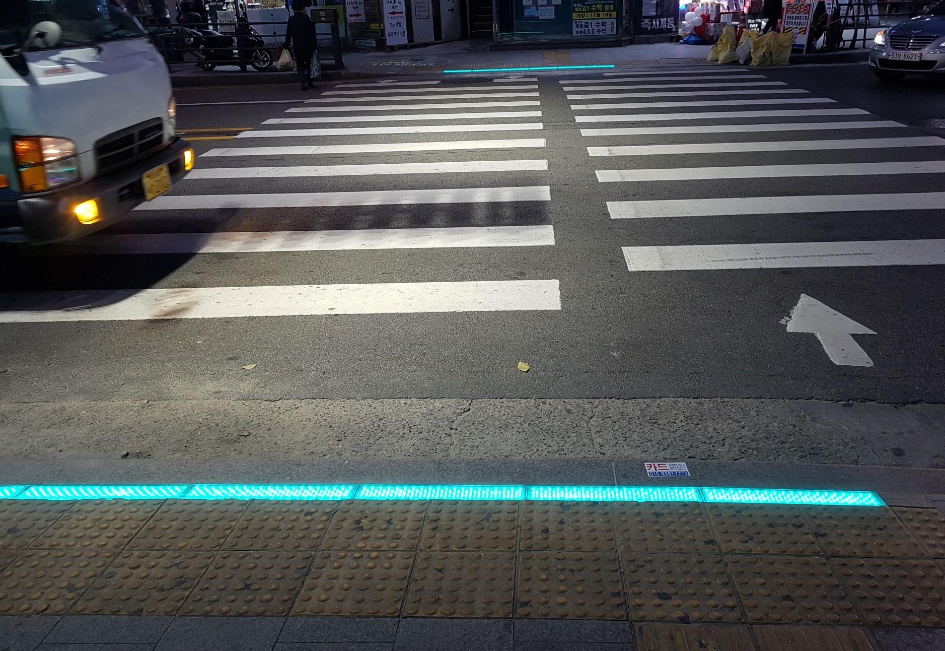 〔ANN의 뉴스 포커스〕 바닥 신호등이 스몸비 교통사고 막는다