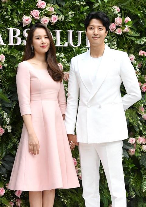 조윤희·이동건, 결혼 3년 만에 이혼...각자의 길 걷는다 (공식)