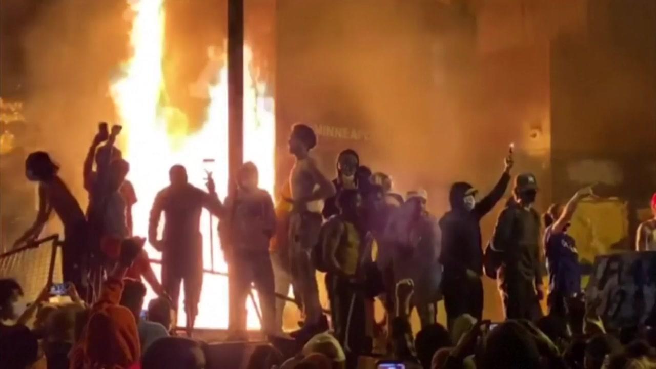 '흑인 질식사' 사건 일파만파...대규모 시위에 이어 경찰서 불타