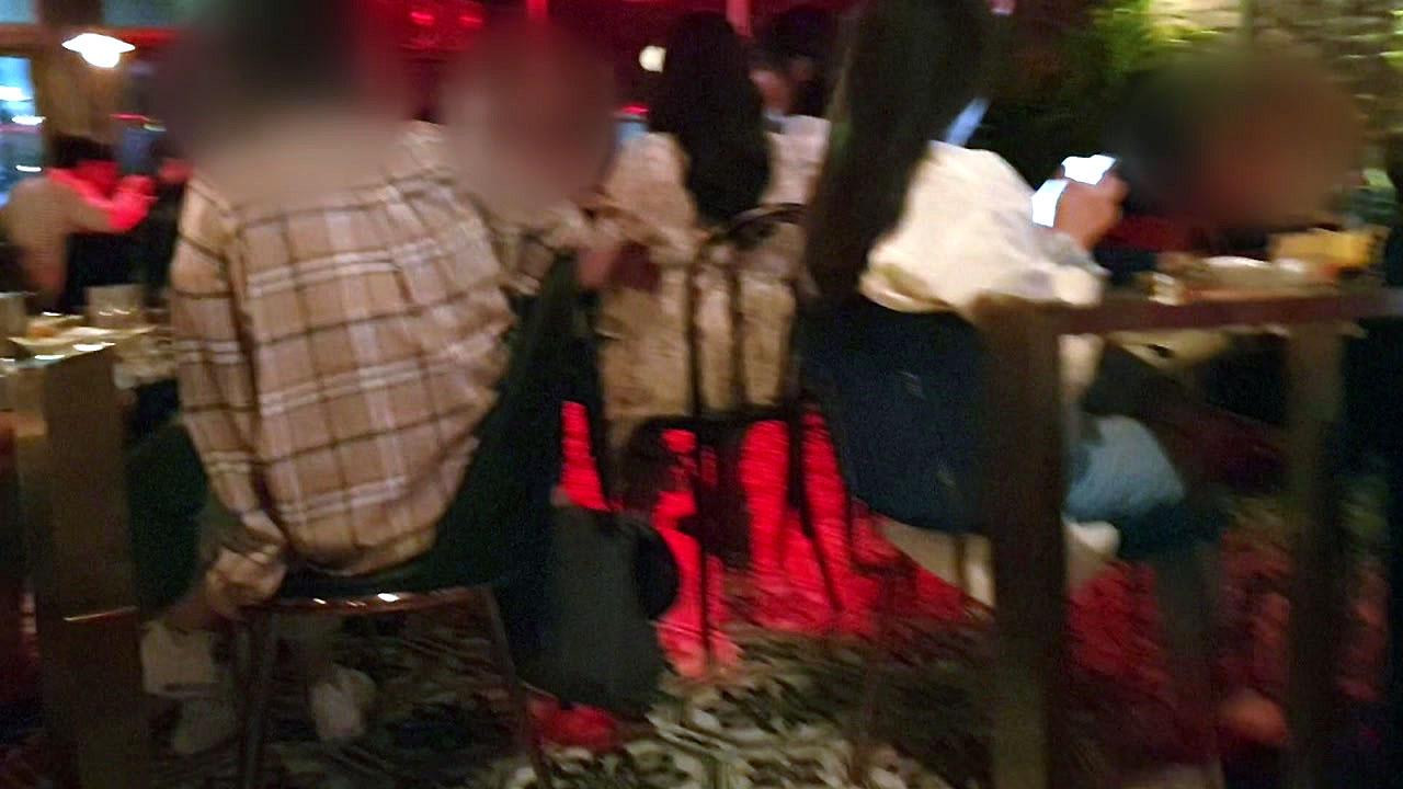 코로나19에도 뜨거운 '불금'...헌팅포차·노래방엔 청춘 '북적'