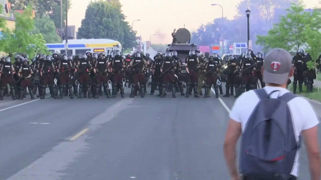 """트럼프 """"'흑인 사망' 시위대는 폭도""""...군 투입 경고"""