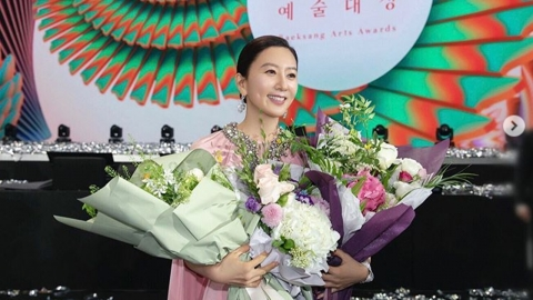 """백상예술대상 수상 김희애 """"'부부의 세계'로 고생했던 분들과 나누고 싶어"""""""