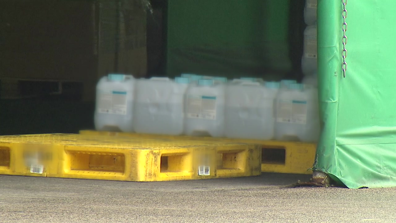 [단독] 유명 제약사, 의약품 '위생 엉망' 천막에 보관...온도 관리도 무시