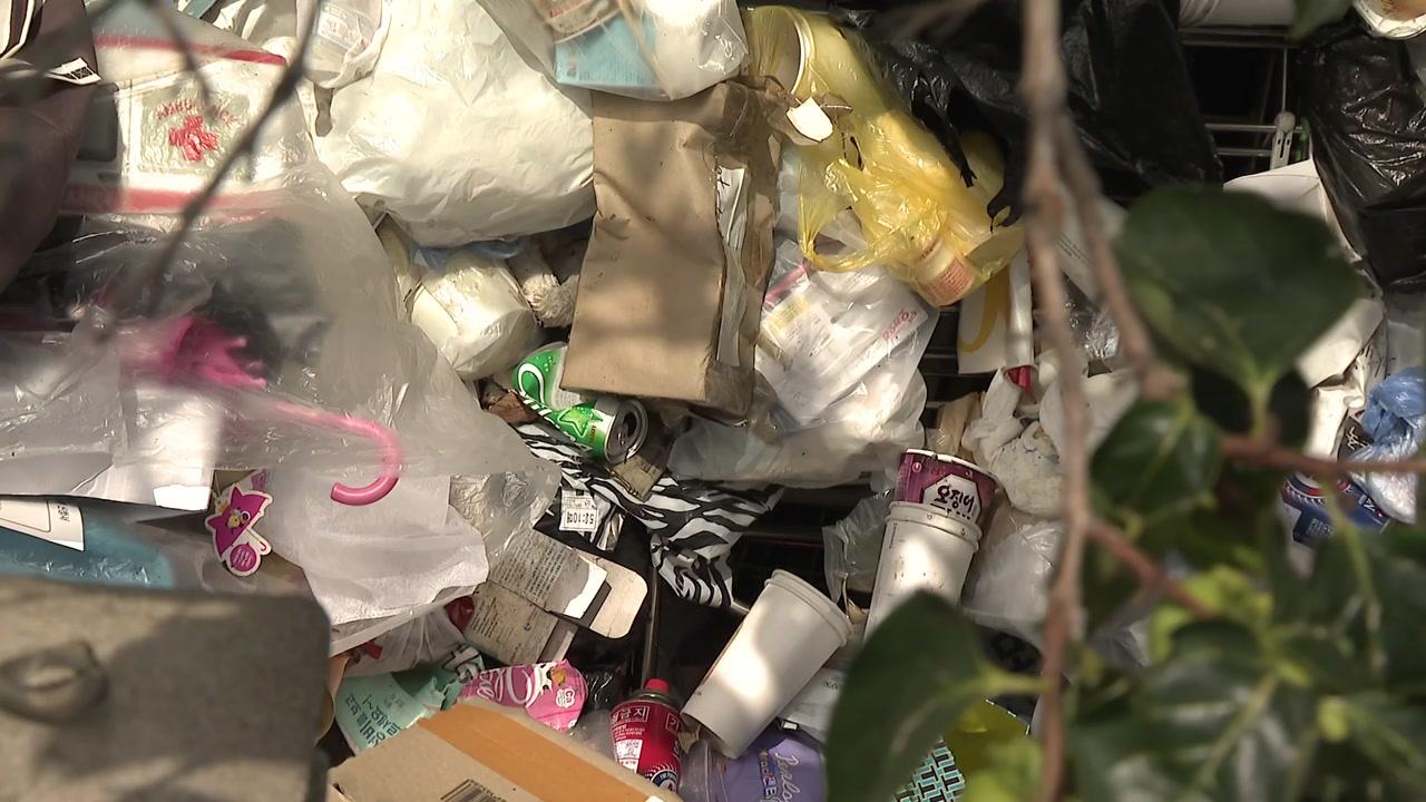 [단독] 쓰레기 더미에서 살던 3살 아이...이웃 신고로 보호소로
