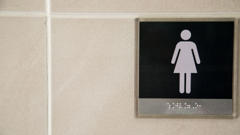 교사가 학교 여자 화장실에 불법 촬영 카메라 설치했다 발각