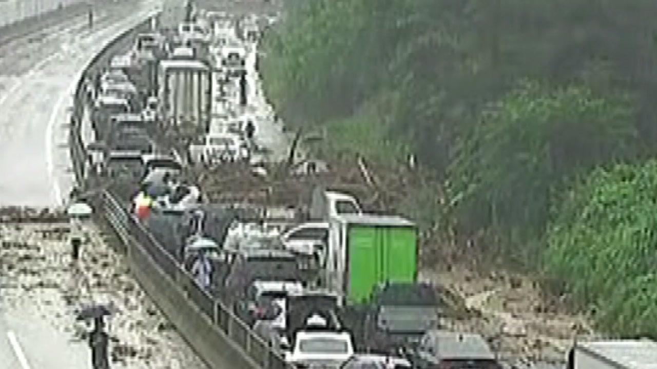 중부고속도로 안성 부근 통제...산사태로 1명 이송