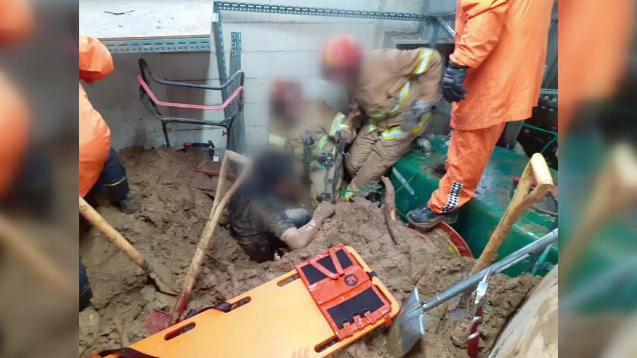용인 골프장서 토사 매몰 2명 구조...도로 곳곳 침수도
