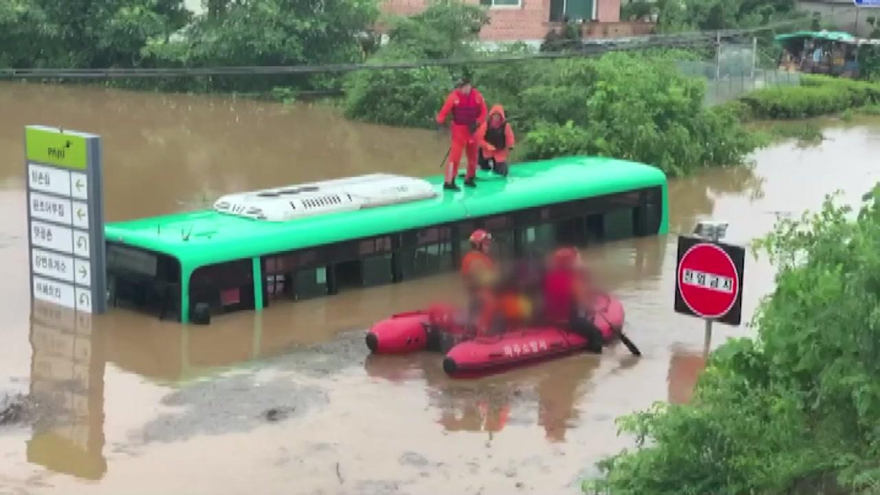 """불어난 물에 잠긴 시내버스...""""의자 위에서도 허리까지 차올라"""""""
