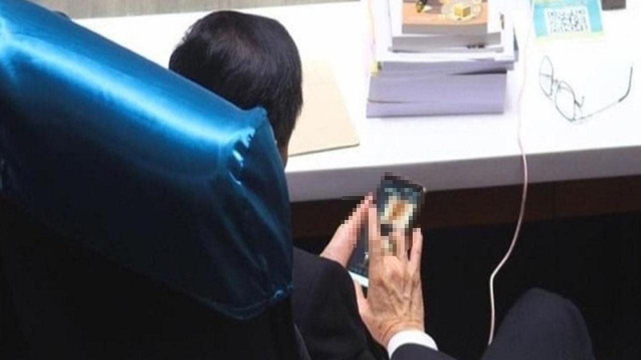 태국 하원의원, 예산 논의 중 '성인물' 보는 모습 포착