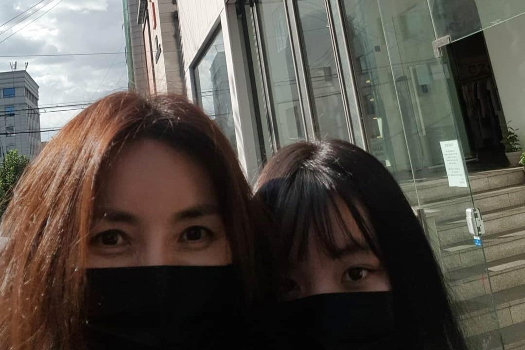 신애라, 엄마 눈매 쏙 닮은 큰 딸과 데이트 인증샷 '훈훈'