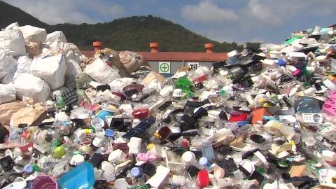 """산처럼 쌓인 일회용품 쓰레기…""""분리 잘해야 자원"""""""