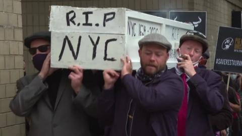 뉴욕 식당 직원들이 관 들고 시위하는 이유